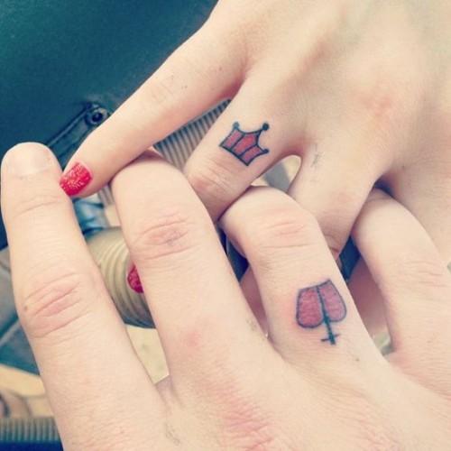 Minimalist kral kraliçe parmak dövmesi