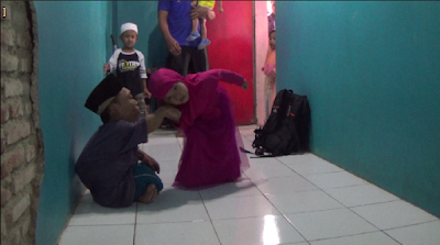 Mengharukan, Ustad Ini Berjalan Merangkak Untuk Beri Pelajaran Baca Al Quran Pada Anak-anak, Ini Kisahnya