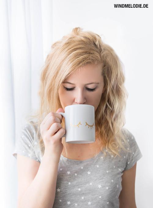 Frau Tee trinken Tasse gold Wimpern