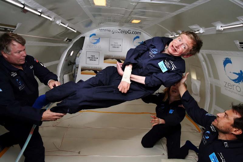 Stephen Hawking nổi lơ lửng môi trường không trọng lực bên trong một chiếc máy bay mô phỏng môi trường không trọng lực ở Đại Tây Dương. Hình ảnh: AP.