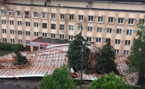 В Туле ветер сорвал крышу со здания РЖД