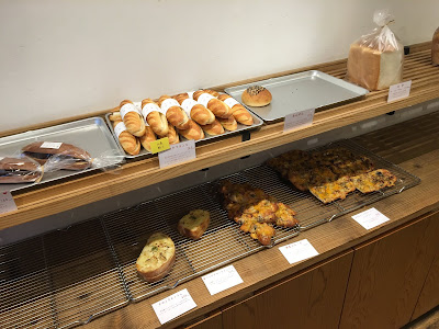 三軒茶屋のミカヅキ堂で陳列されているパン