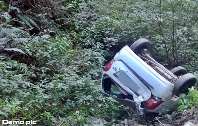 OMG: गहरी खाई में गिरी कार, 1 की मौत, 2 घायल