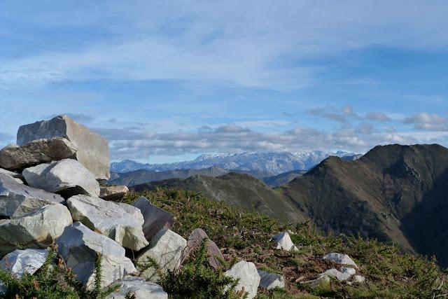 Cumbre Cerro del Tombu con Los Picos de Europa al fondo