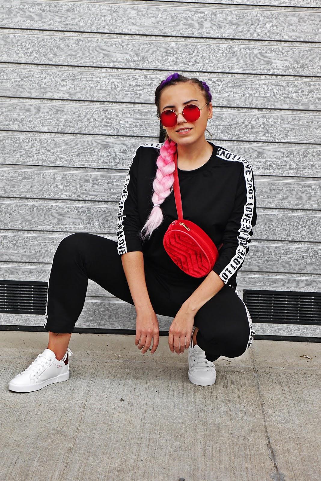 komplet dresowy renee białe buty sportowe czerwone okulary karyn blog modowy