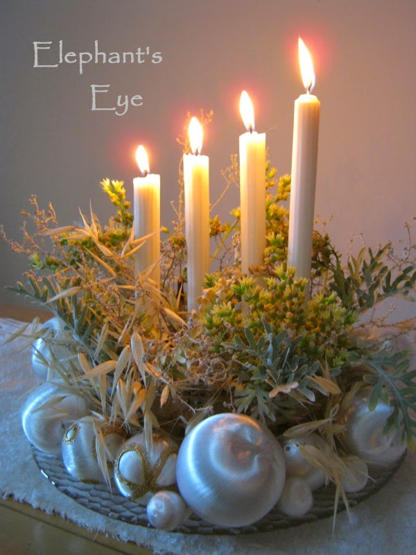 Gold, silver and white in 2010 Advent wreath