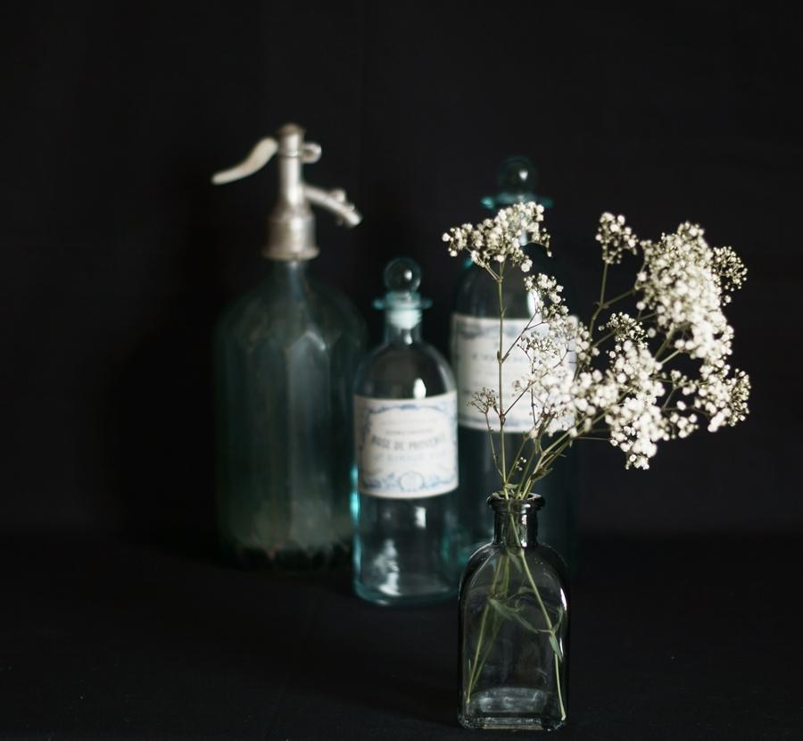 Blog + Fotografie by it's me! | fim.works | weißes Schleierkraut | alter Syphon | Glasflaschen in Türkis und Blaugrau