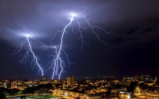 Estima-se que anualmente 111 pessoas morram atingidas por raios no Brasil
