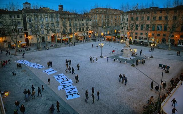 Sobre a Piazza Napoleone em Lucca