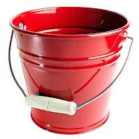 Ahşap saplı kırmızı renkli metal yangın kovası