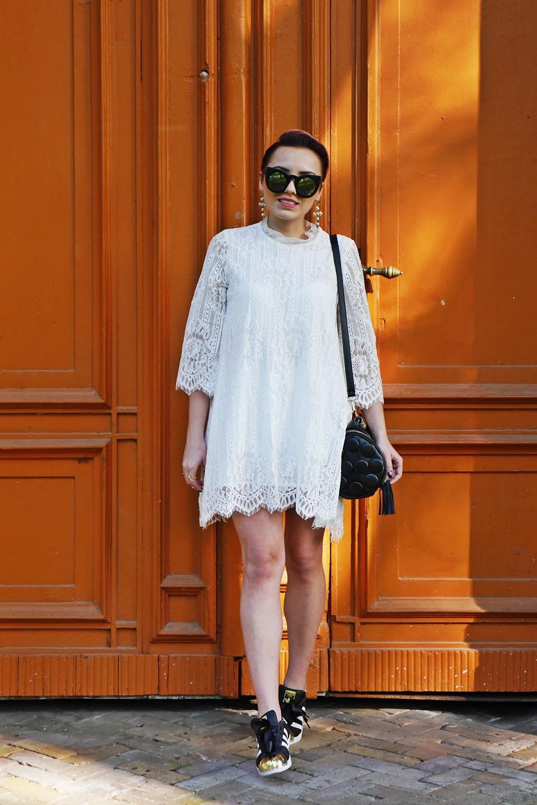 biala_sukienka_koronkowa_superstary_czarne_karyn_blog_250517b