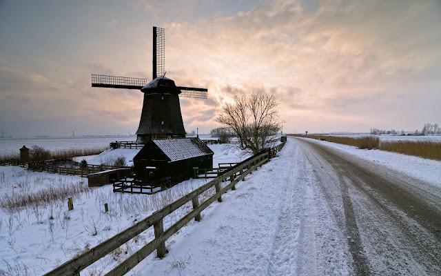 Molen langs een weg in de winter met sneeuw