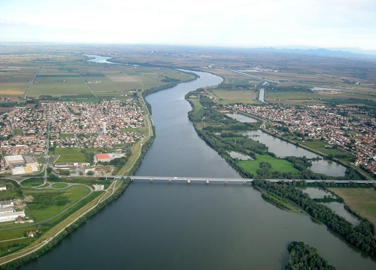 Porto viro ritrovamento macabro nel fiume po italia notizie for Visma arredo porto viro