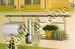 يمكن عمل أرفف بين المطبخ والحوض وإستغلال هذه الأرفف لتعليق روول المناديل والمعالق وغيرها كما فى الصورة