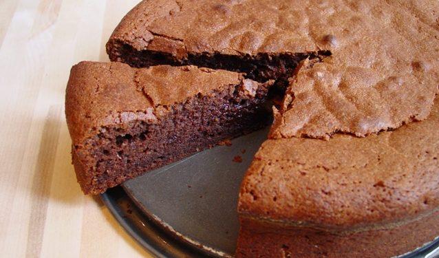 وصفة كعكة الشوكولاتة الشهيرة بدون سكر ، بدون زبدة ، بدون بيض!
