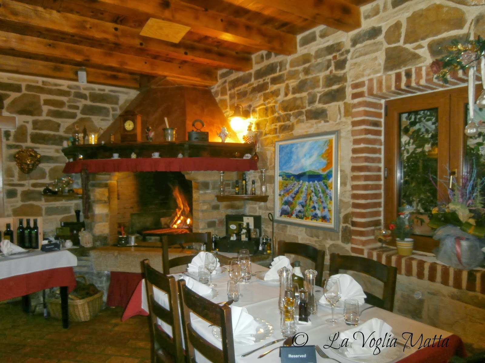Stari Podrum interno con caminetto