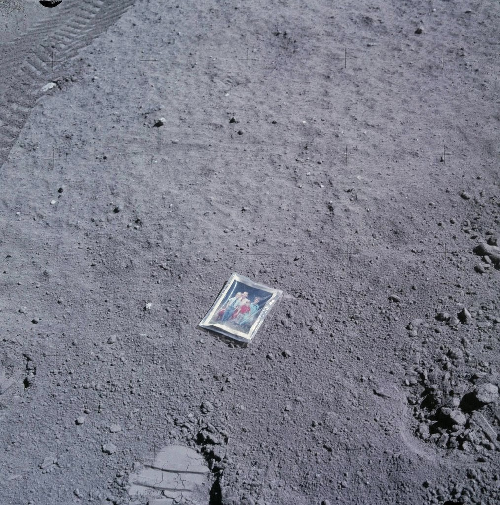 Ultimate Collection Of Rare Historical Photos. A Big Piece Of History (200 Pictures) - Family photo on the moon