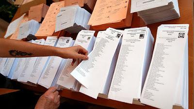 Votante eligiendo la papeleta del partido que va a votar en las elecciones del pasado 26 de junioAndrea ComasReuters