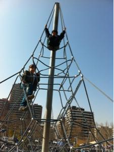 crianças brincando em parque em Santiago