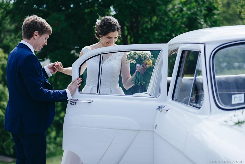 balts kāzu auto iekāpšana