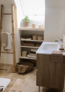echelle en bambou pour déposer les serviettes et tablette en travertin