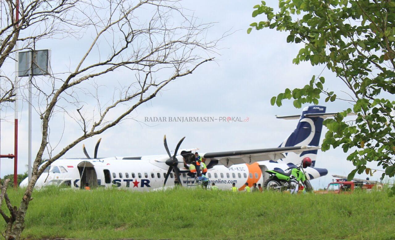Pessawat Kalsel KD 931 terpaksa harus mendarat darurat di Bandara Syamsudin Noor di Banjarbaru.  Penyebabnya gara-gara mesin  pesawat yang rencananya terbang dari Bandara Syamsudin Noor dengan tujuan Kotabaru ini mendadak terbakar di udara, Jumat (15/4/2016).  Ngerinya lagi, pesawat ini sempat mengudara beberapa menit.  Melihat ada kerusakan di bagian mesin bagian kanan, pesawat ini pun terpaksa memutar balik untuk melakukan pendaratan darurat di Bandara Syamsudin Noor.