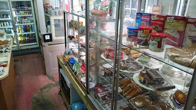 販売用の菓子類と各種カップラーメン