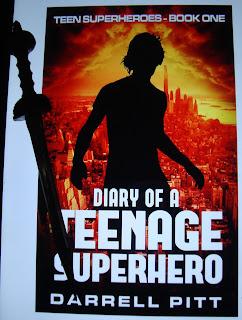 Portada del libro Diary of a Teenage Superhero, de Darrell Pitt
