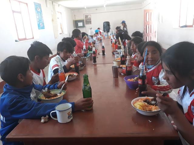 Den Schülerinnen und Schülern schmeckt das Mittagessen, das ihnen die Missionspfarrei bietet
