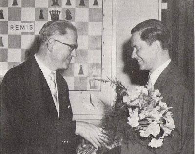 Paul Keres, recibiendo el primer premio del Torneo Internacional de Ajedrez Zúrich 1961