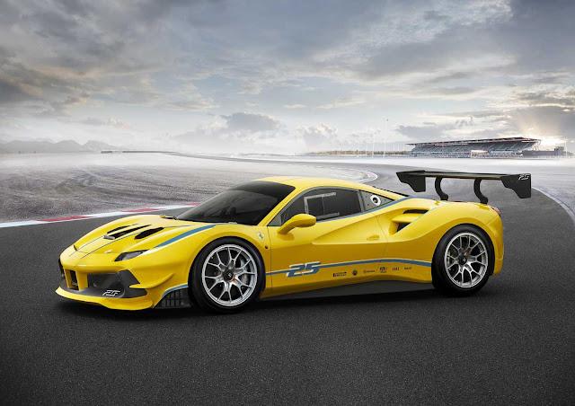 Der Ferrari 488 Challenge von der Seite mit Heckspoiler und Lufteinlässen