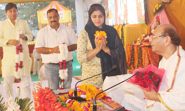Mayor Suman Bala and Councilor Manoj Naswa - Kavindra Chaudhary has received blessings from Sudhanshu Maharaj