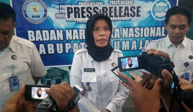 Kepala BNN Lumajang, Mudawaroh saat pers rilis