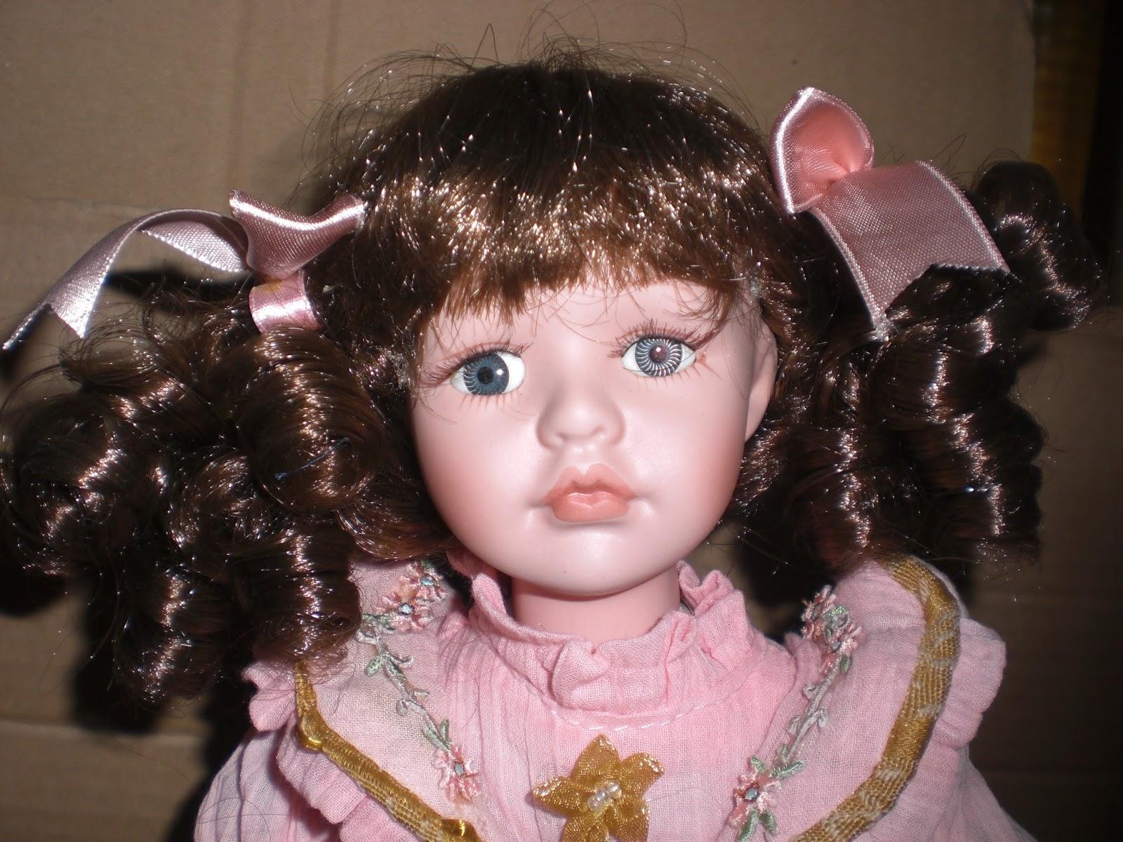 176623b5d17e I capelli sono castani tutti boccolosi e l acconciatura è formata da due  codine legate da un nastrino color rosa antico e una frangetta.
