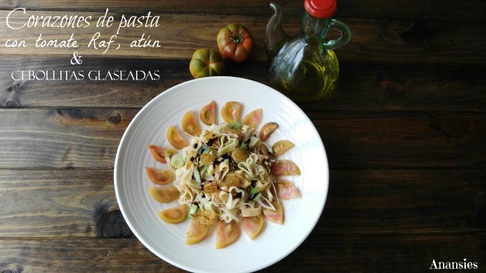 Corazones de pasta con tomate Raf, atún y cebollitas glaseadas