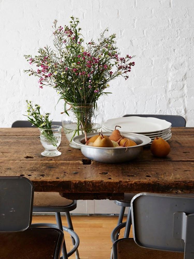 ห้องรับประทานอาหารพร้อมโต๊ะไม้ธรรมดา