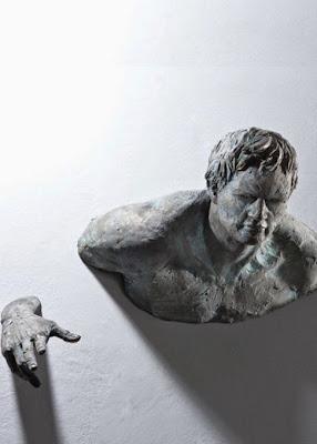 Esculturas atrapadas en la pared.