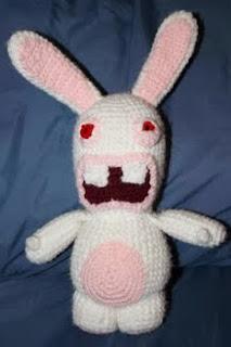 http://translate.google.es/translate?hl=es&sl=en&tl=es&u=http%3A%2F%2Fshoutingtothevoid.blogspot.com.es%2F2011%2F06%2Fraving-rabbid-crochet-pattern-amigurumi.html