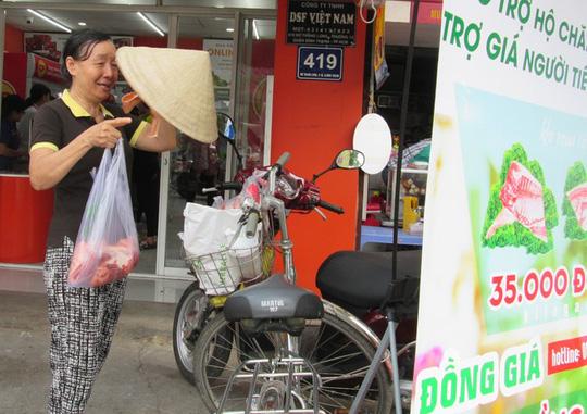 """Người dân TP HCM mua thịt tại một điểm """"giải cứu"""" thịt heo"""