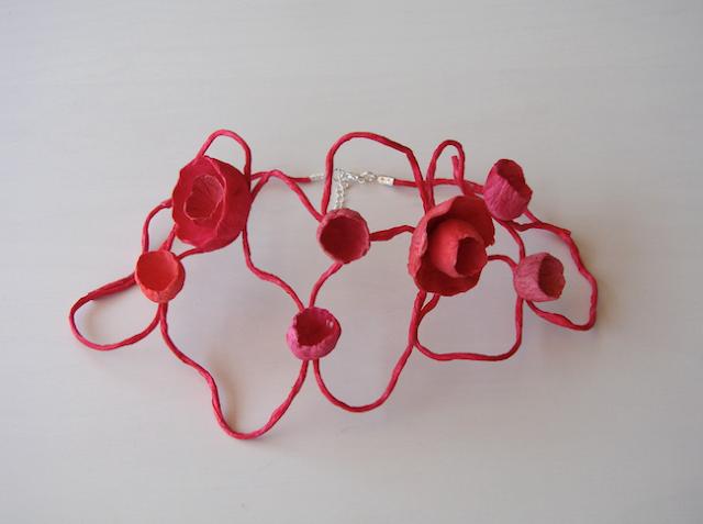 Collare Rosso di carta, maxi collana dipinta e realizzata a mano. Handmade paper necklace