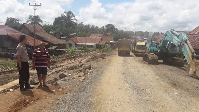Cek Jembatan Panai, Kapolsek Sanga Desa Himbau Warga Tidak Lakukan Pungli