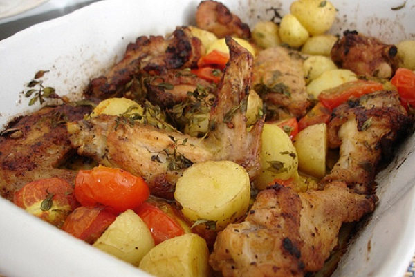 Μυρωδάτο κοτόπουλο με πατάτες και ντομάτες στη γάστρα