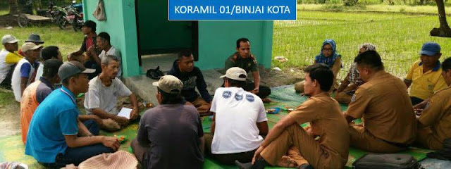 Kapten Inf Johansyah dan Koptu Ragil Winarto Laksanakan  Komsos di Ladang Poktan Rukun Tani