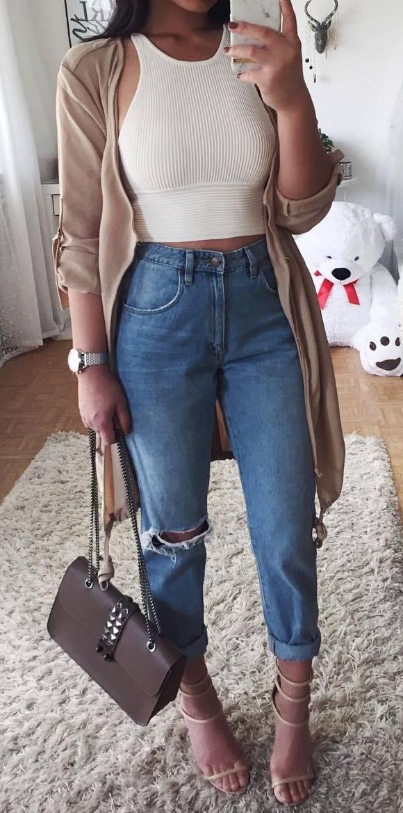 what to wear a nude cardi : white crop top + bag + heels + boyfriend jeans