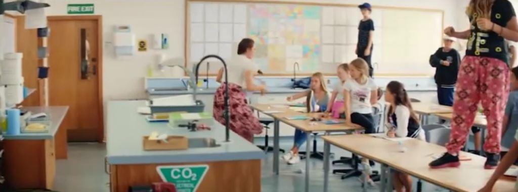 Pubblicità Actimel Staystrong con Insegnante che balla a scuola