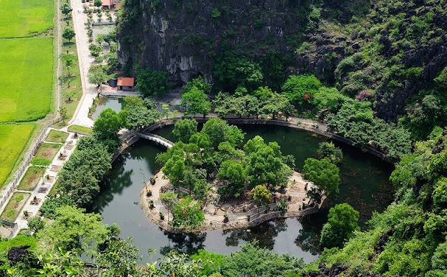 Enjoy the beauty of Ninh Binh from the top of the Dance cave 2