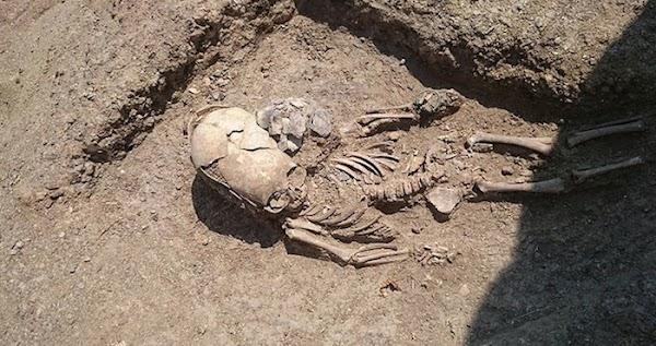 """El esqueleto de un bebé """"extraterrestre"""" es hallado en una necrópolis de Crimea"""