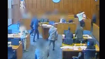 به ڤيديۆ.. له ناو هۆڵى دادگا تۆمهتبار پهلامارى شاهێدێكى دا و پۆليسيش كوشتى