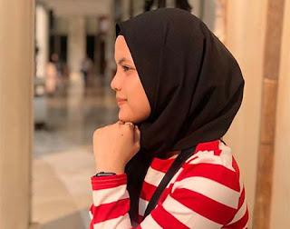 Putri Isnari Pakai Jilbab Hitam