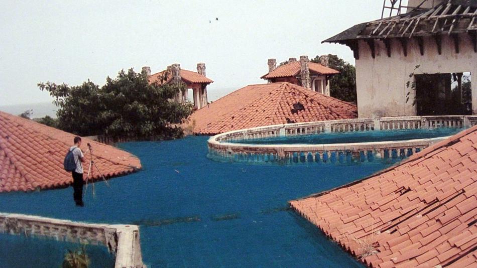 Detalle de foto intervenida con pintura en donde el mar entra al edificio